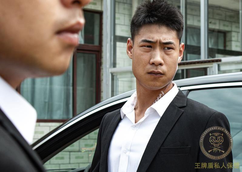 富豪未带阿克苏私人保镖出行,在港遇袭悬赏千万缉拿凶手