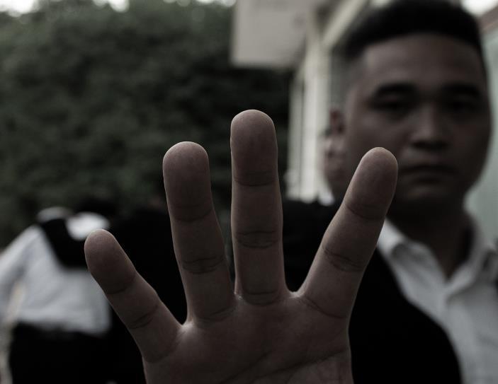 妻子被丈夫泼汽油点燃,私人阿克苏保镖公司全力抵制家庭暴力